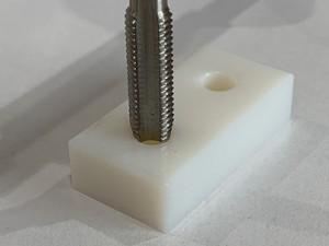 中山木型ブログ 3Dプリンターで作成した製品にネジ加工 インサート(ヘリサート)も可能 タップ加工中の画像